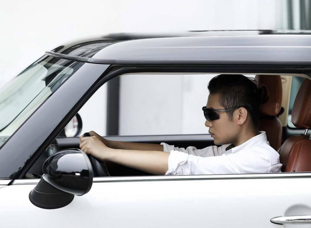 Водитель едет за рулем в очках Xiaomi Turok Steinhardt Polarized Driving Glasses GTR002-5020