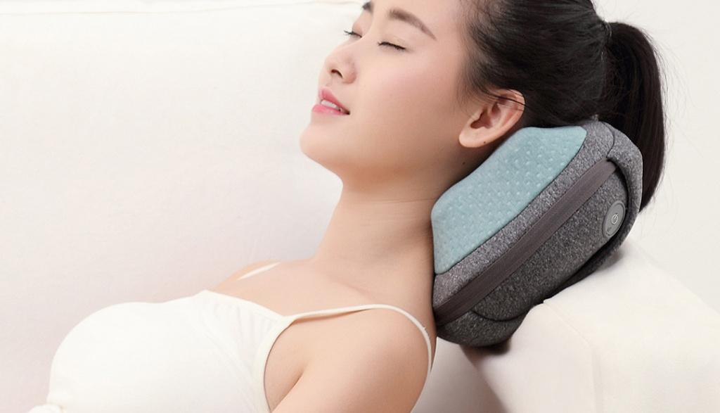 Девушка на кресле с массажером Xiaomi Lefan LF-YK006